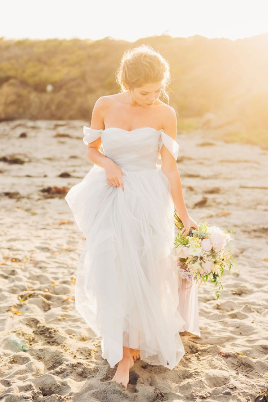 Ruffled - photo by http://michellerollerphotography.com/ - http://ruffledblog.com/windswept-bridal-editorial-on-the-beach